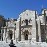 Vista de la fachada de la Basílica de San Isidoro.