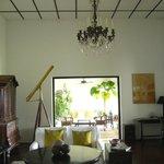 アンティークとスリランカのアーティストの作品が調和してます
