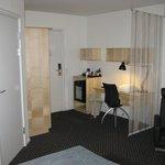 Alt inventar er nyt og værelset er smagfuldt indrettet.