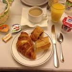 Enkel fransk frukost i hotellets lilla matsal.