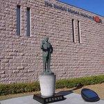 日清の創業者の像