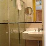 Banheiro com espelho de aumento e secador