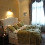 Удобная кровать с мягкими подушками и еплым одеялом