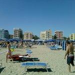 Spiaggia di fronte alla strada dell'hotel