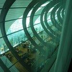 une fois les rideaux tirés, vue sur l'intérieur de l'aéroport