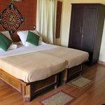 Schlafzimmer mit Doppelbett und Balkon (nicht im Bild)