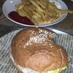 Deliciosas hamburguesas y patatas fritas