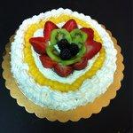 Torta di panna e frutta fresca