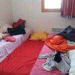 chambre avec les matelas par terre