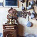 alcuni dei mille oggetti appesi in ogni dove