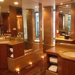 Bathroom!! So cozy!!
