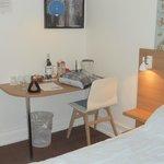 petit bureau avec tel,prise,nécessaire thé café,bouteille de vin.