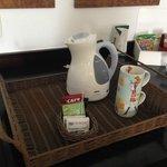 Há no quarto uma garrafa elétrica para preparar chá ou um café soluvel