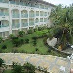 Vista da piscina para o resort