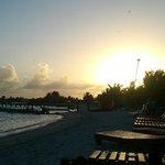 Atardecer en la playa de Blue Bay