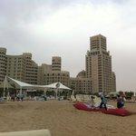 вид на Al Harma Palace с пляжа