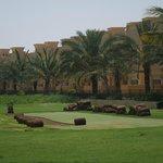 вид на отель с поля для гольфа
