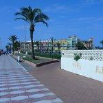 Paseo de la playa junto al hotel