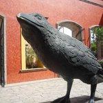 estátua do corvo na entrada