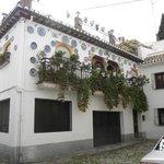 une magnifique maison de l'Albacyne décorée d'assiette bleues