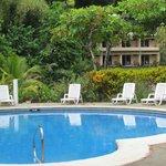 piscina y bloque de habitaciones