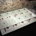Exhibidor con el material arqueológico hallado en Colonia del Sacramento