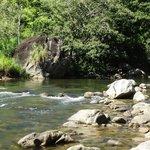 Rio no terreno da cachoeira