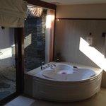 三角浴缸和室外的淋浴,晚上可以望着星空洗澡哦