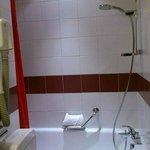 シャワーはカーテン、仕切りはありません。大柄な人にはちょっときついサイズです。