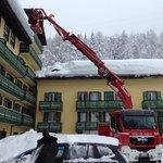 Il lodevole lavoro dei vigili del fuoco per mettere in sicurezza il tetto del Grand Hotel Misuri