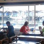 salle du restaurant la grillerie de sardines donnant sur le port de saint jean de luz
