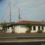 le restaurant la grillerie de sardines situé sur le port de saint jean de luz