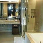 Bad mit Badewanne und Regendusche aus Glas