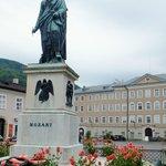 悠然と立つモーツァルト像