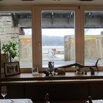 В окно виден Дунай и летняя площадка