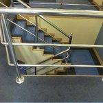 escada com corrimão no interior do hotel