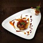 La tatin de foie gras sur un coulis de courge, parfumé à la citronnelle.