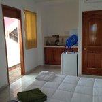 Cocina, Refrigeradora, Botellón de agua y puerta del baño