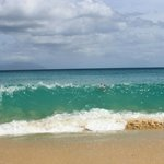 бывает сложно выйти из океана с такими волнами:)