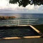 Веранда виллы с маленьким бассейном и видом на море