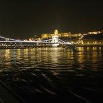 Le pont des Chaînes et vue vers le Bastion des Pêcheurs au loin