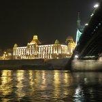 Passage de nuit sous le pont de la Liberté (Szabadsag)