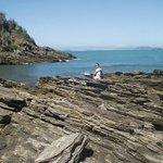 Pedras na Ferradurinha que é a praia mais linda de Búzios