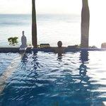 Pileta del hotel con vista al mar