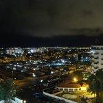 kvällsvy från vårat hotellrum..
