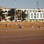 Jovens jogando futebol