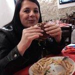 Mia moglie con il suo panino