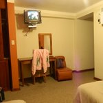 Habitación, closet amplio - televisión pequeña