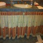 Cortina debajo del lavamanos