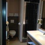 Chambre 26 rénovée : salle de bains